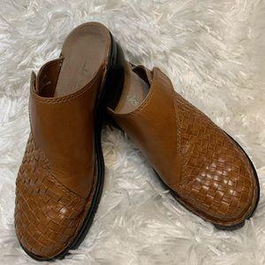 Clarks Sz 7M Cognac Woven Leather Clog